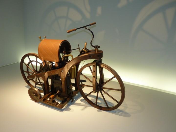 1885-Daimler_Riding